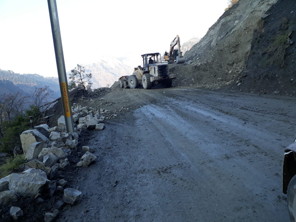 But Men And Machinery Was Pressed Into Service To Clear The Road Which Will Take 4 5 Hours For Clearance After That Stranded Vehicles
